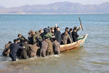 La didascalia ufficiale dell'immagine spiega che Kim Jong Un stava andando a fare visita ufficiale ad una base militare su un'isola. Se ne può dedurre che questo è il più efficiente e sicuro mezzo di trasporto militare da e per l'isola. Con tanto di baleniere con arpione a prua, che se siamo fortunati oggi grigliatona di pesce.