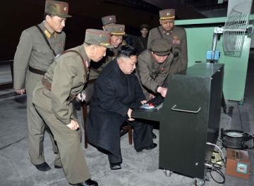 """""""Cosa succede?"""" - """"Non lo so, Leader, provi a fare ctrl+alt+del""""... Mouse trackball logitech di 15 anni fa, cassonetto con le ruote, antenna da camper e spina di alimentazione a vista. Tutto quello che ti aspetti da una moderna stazione di lancio missilistica. Se durante il countdown l'uomo delle pulizie inciampa sul cavo attaccato dietro, si spegne tutto."""