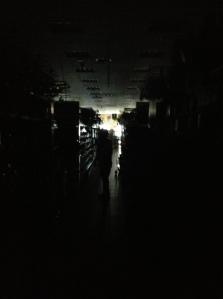 Una delle buie corsie centrali durante il blackout